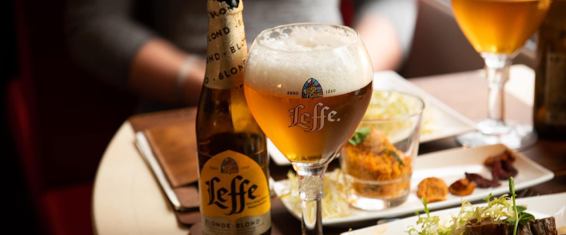 Iedere week vertrekt de Dinner Train uit een andere stad en verrassen we onze passagiers met een 4-gangen-menu (authentieke bier-spijs- en wijn-spijs-combinaties aan boord verkrijgbaar) terwijl de trein zacht wiegend door het Nederlandse landschap snelt.